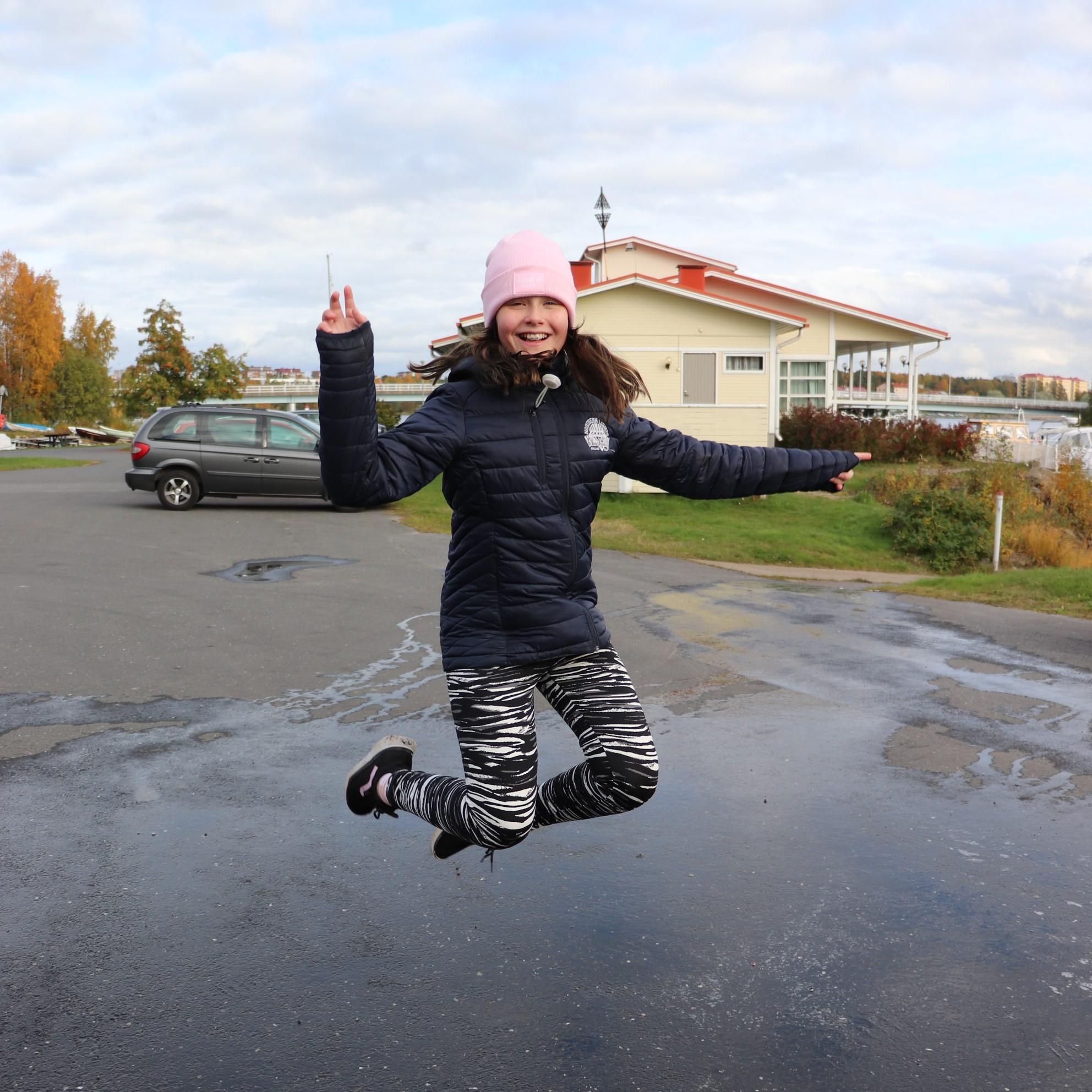 Lapsi hyppää
